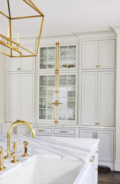طرح سفید با یراق و اکسسوری طلایی